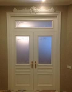 Двойные распашные белые двери с фрамугой